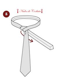 Cómo hacer el nudo de corbata Trinity paso 5
